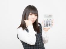 クリニックの開業費用を電卓で計算する女性