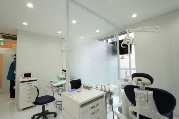 ひでき歯科クリニック様パーテーション